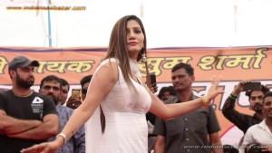 Sapna Choudhary Nude Porn Photos बिना ब्रा पहने सपना चौधरी स्टेज पर डांस करते हुए बोबे साफ दिख रहे है (8)