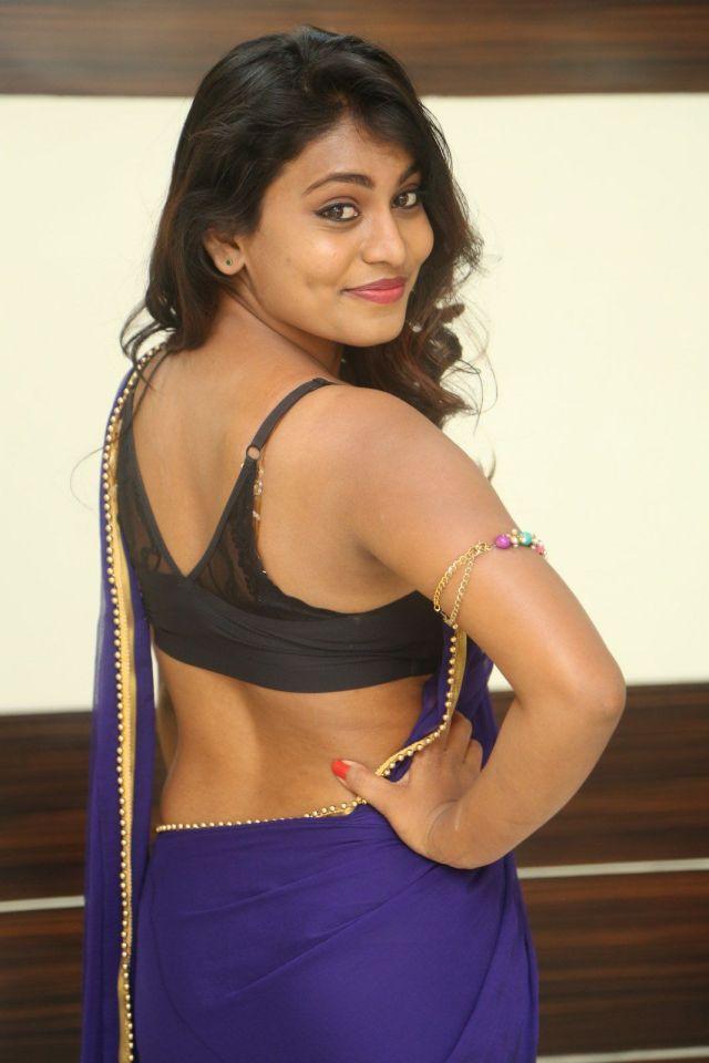 नीली-कोटन-साड़ी-और-बिना-आस्तीन-के-ब्लाउज-में-सुंदर-भारतीय-लड़कियां-हॉट-HD-फोटो-4