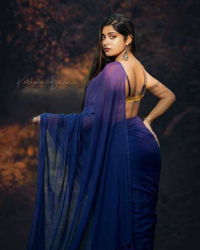 Very-Beautiful-Indian-Girls-in-Blue-Saree-and-Sleeveless-Blouse-Hot-HD-Pictures-1