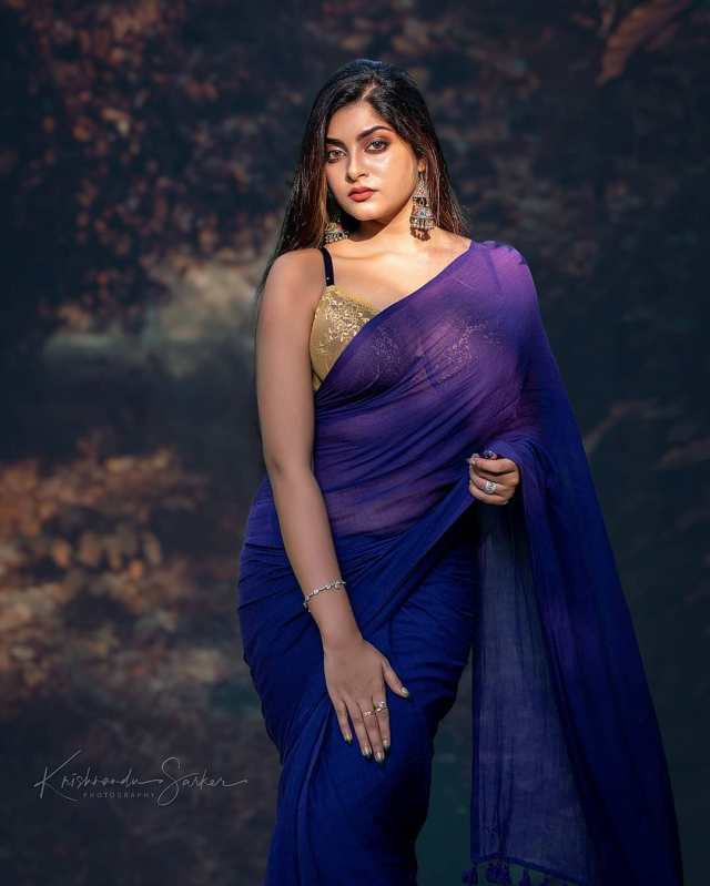 Very-Beautiful-Indian-Girls-in-Blue-Saree-and-Sleeveless-Blouse-Hot-HD-Pictures-3
