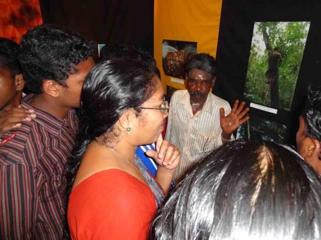 gudalur_honey_festival05_kariyan_explaining_web