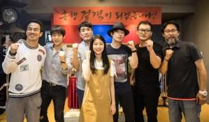Joe Taslim dengan para kru dan artis film The Swordsman Korea Selatan (Foto via www.imdb.com)