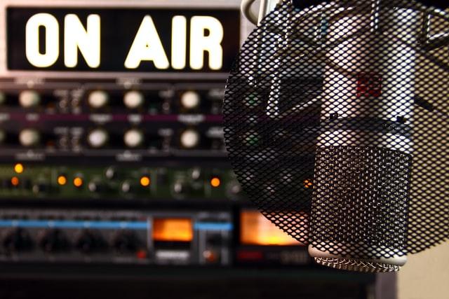 KPI larang Radio memutar 42 lagu ini (Photo by Fringer Cat on Unsplash)