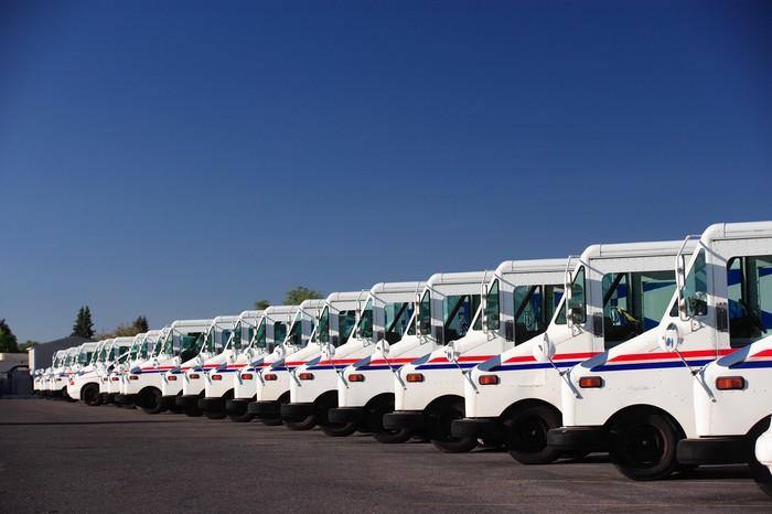 Flotilla de camiones USPS que buscan ser reemplazados
