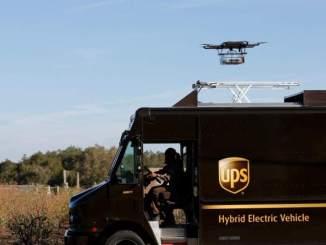 Camión eléctrico de UPS enviando un drone de entrega