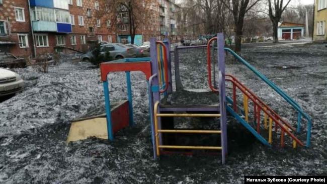 Детская площадка с чёрным снегом в Киселёвске