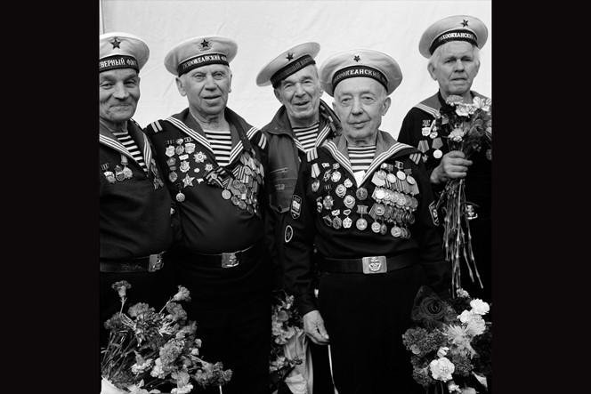 Amerikaanse miljonair probeert de rol van de Sovjet-Unie in de Tweede Wereldoorlog teniet te doen.