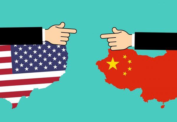 Donald Trump beweert dat hij het 'absolute recht' heeft om Amerikaanse bedrijven volgens de wet van 1977 uit China te bevelen