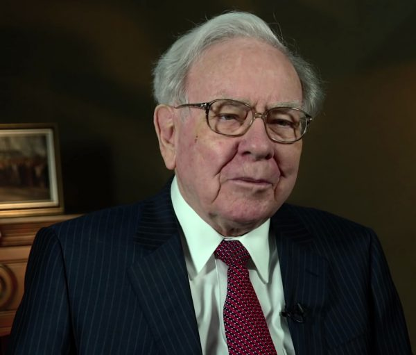 RECESSIE OPKOMST: Raad eens wat Warren Buffett nu met zijn geld doet?