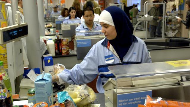 Moslima's aan de kassa of loket met hoofdbedekking als islam reclame!