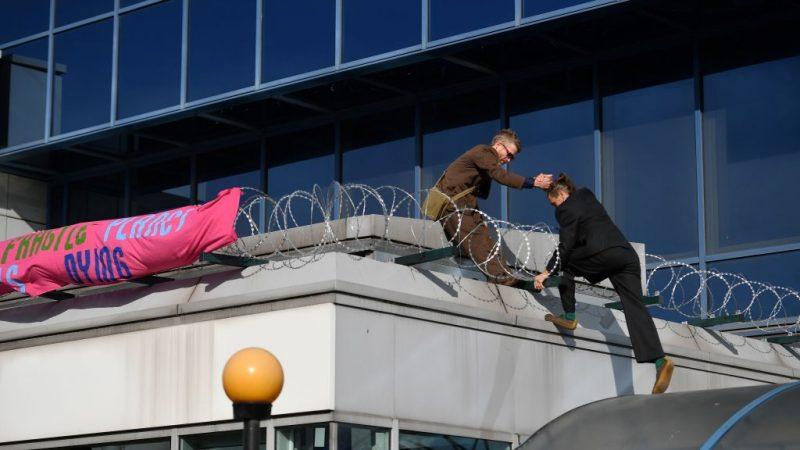 """""""Extinction Rebellion"""": radicale milieuactivisten bezetten Parijs en London Airport"""