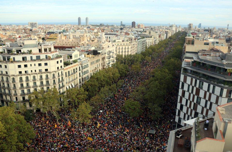Honderdduizenden demonstranten overweldigen het centrum van Barcelona