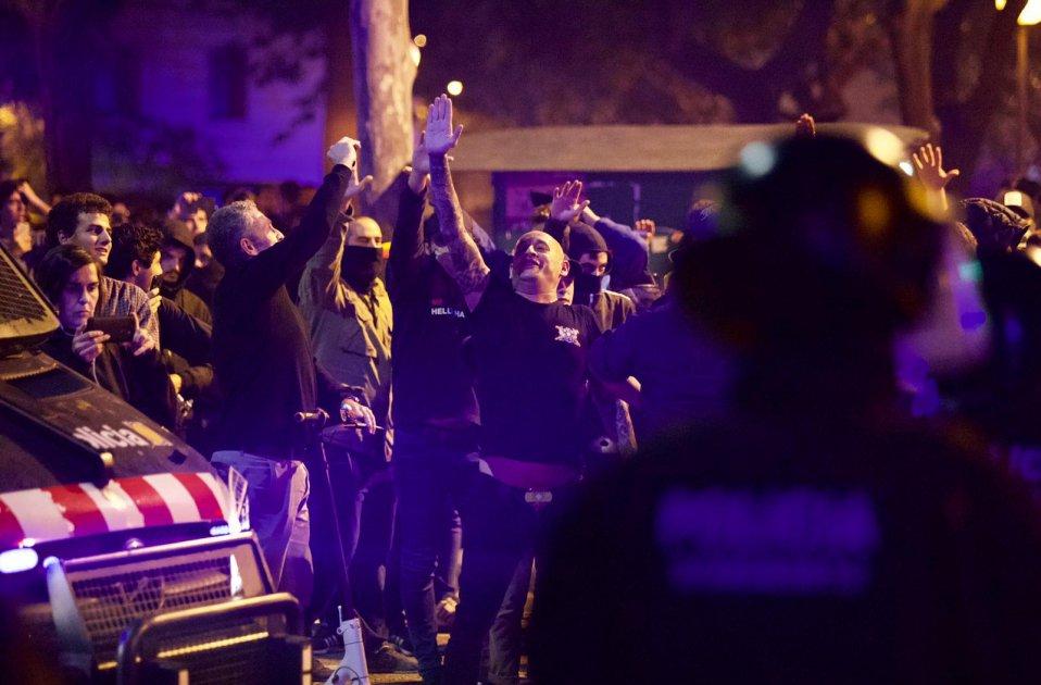 Pro-Spaanse demonstranten in Barcelona geven fascistische salueert en zingen Francoistisch volkslied
