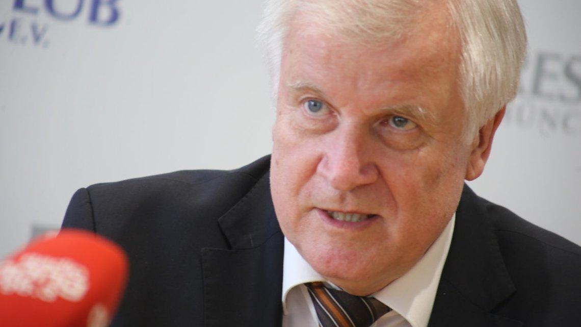 "Duitse minister Seehofer wil rechts-extremisme bestrijden ""zoals islamisme"""