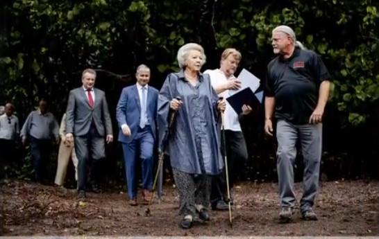 Terwijl wij niets meer mogen vliegt Prinses Beatrix 7000 km met onnodige vliegreis om wandelpadje te openen