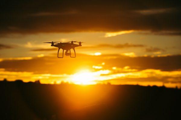Legers van niet-geïdentificeerde drones verschijnen 's nachts boven de Westelijke VS en het maakt mensen echt gek