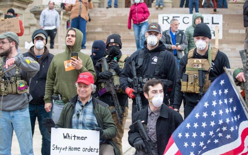 Rechts-extreme antiwetenschappelijke groepen leiden Amerikaanse protesten tegen COVID-uitsluitingen