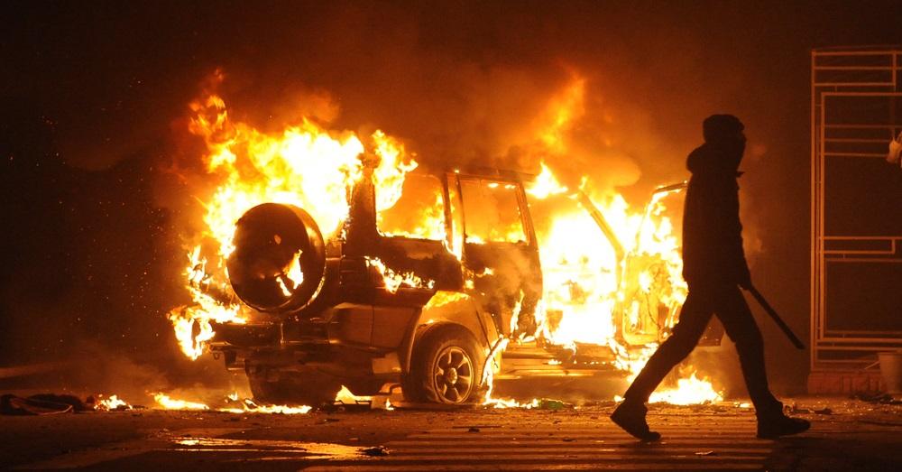FRANKRIJK: migranten in de buitenwijken van Parijs vallen de politie aan en steken auto's en scholen in brand
