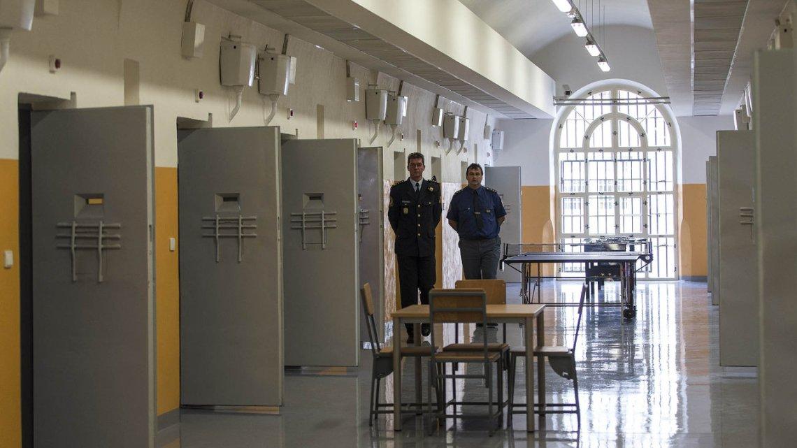 Duizenden gevangenen en gedetineerde migranten zijn vroeg in heel Europa vrijgelaten vanwege het coronavirus