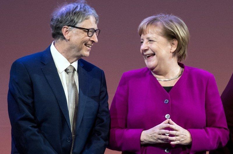 De federale regering in Duitsland waarschuwt voor verkeerde informatie en Merkel staat achter Bill Gates