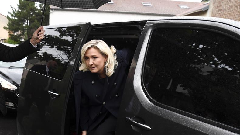 Gemaskerde individuen vallen het konvooi van Marine Le Pen in Dijon aan (video)
