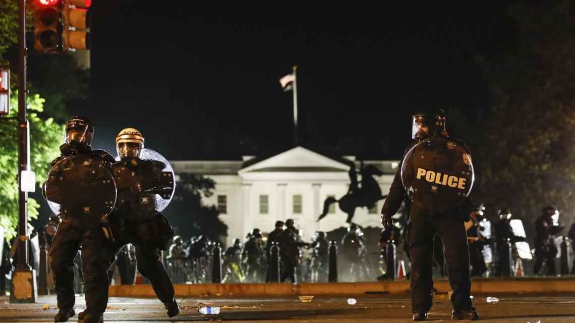 Bestorming van vreedzame demonstranten voor een foto maakt zelfs de meest afgematte journalisten wakker