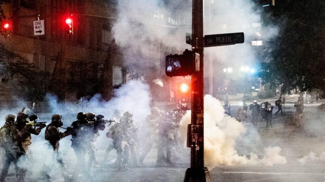 Beelden uit Portland laten zien dat federale wetshandhavers militaire tactieken gebruiken om demonstraties tegen de wensen van de stad in te breken