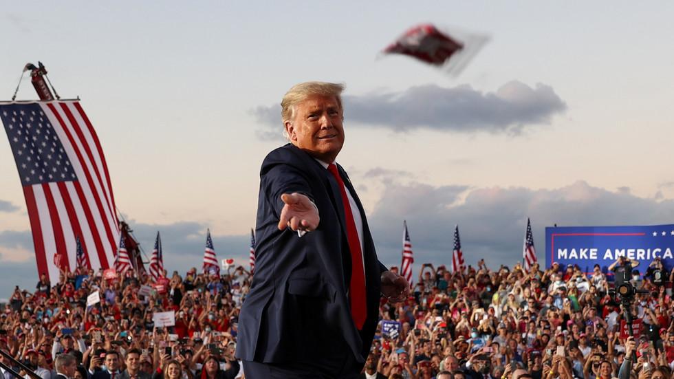 BEKIJK 'immuun' GRAZY Trump danst op 'YMCA' en bied aan om het publiek te kussen tijdens de 1e post-Covid-rally in Florida