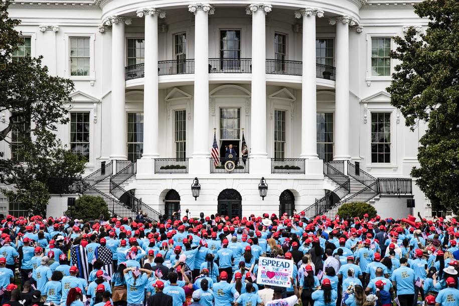 Sommigen van Trump's White House South Lawn-publiek werden, je raadt het al, betaald om daar te zijn