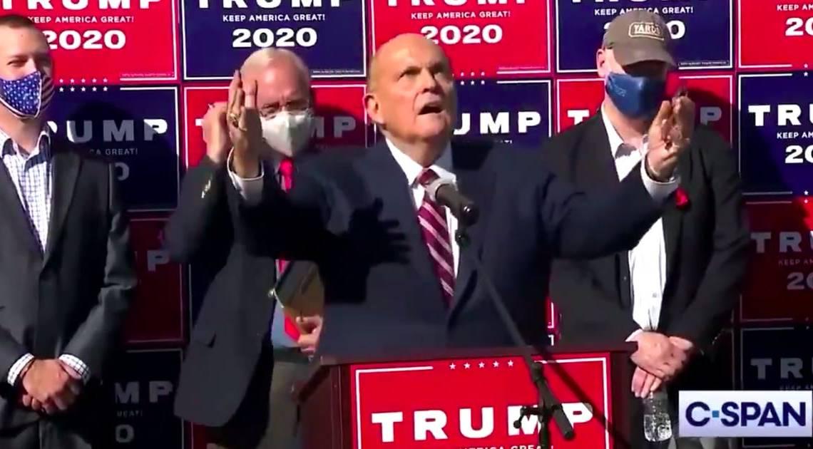 Bekijk de reactie van Rudy Giuliani toen hem werd verteld dat Joe Biden de verkiezingen van 2020 had gewonnen