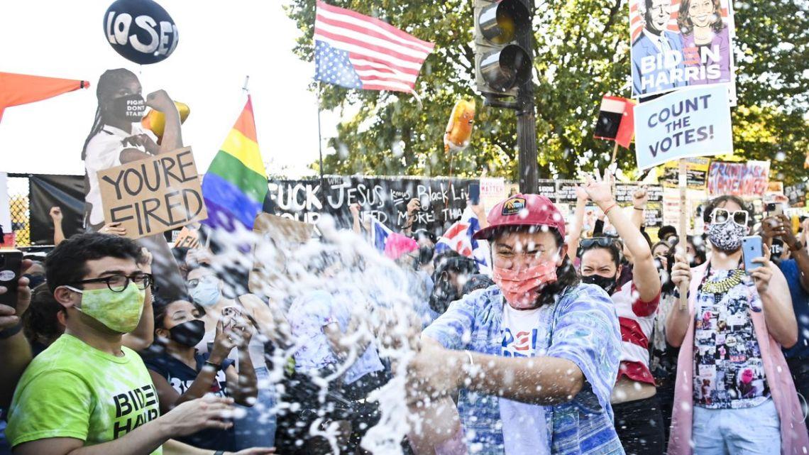 Wereldleiders reageren op de overwinning van Biden terwijl Amerikanen de straat op gaan om te vieren