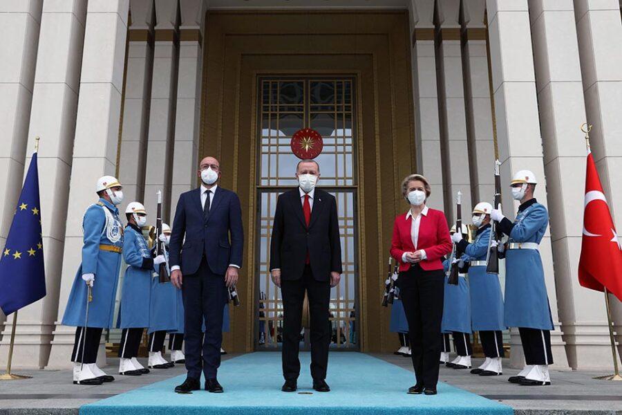 Erdogan heeft schijt aan de EU en zet von der Leyen op haar plek