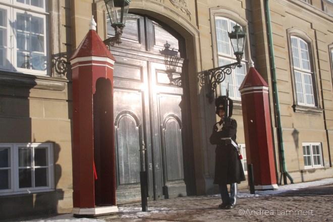 Kopenhagen Geheimtipps, Schlosswache beim Wachwechsel, wachmann im Bild