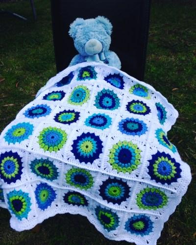baby-blanket-sunburst-granny-scrapghan