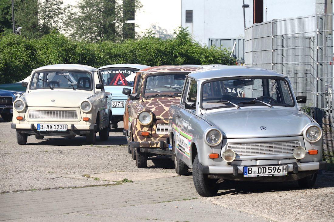 Erivärisiä Trabi-autoja Berliinissä