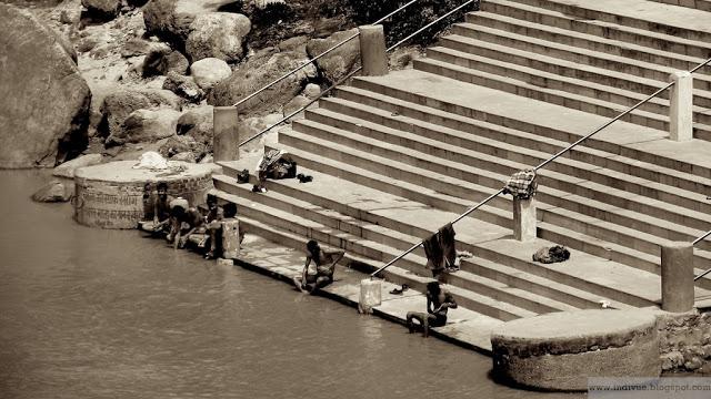 Puhdistautumisriitti Intian Gangesjoessa