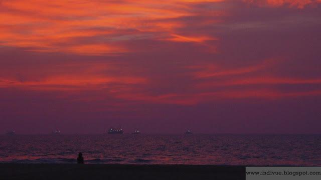 Tumman vaaleanpunainen taivas Goassa auringonlaskun jälkeen