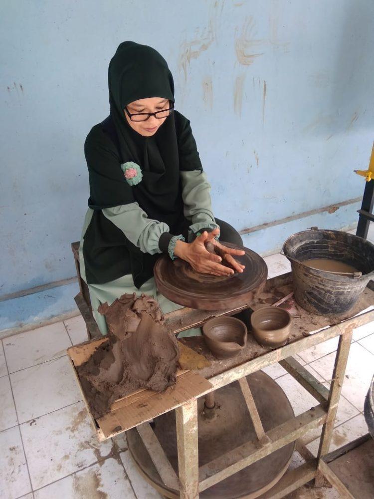 Alat Pembuatan Gerabah : pembuatan, gerabah, Belajar, Membuat, Gerabah, Sitiwinangun,, Cirebon, AMuslima