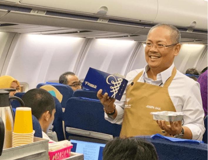 Joseph Adrian Saul saat melayani langsung penumpang Sriwijaya Air di atas pesawat
