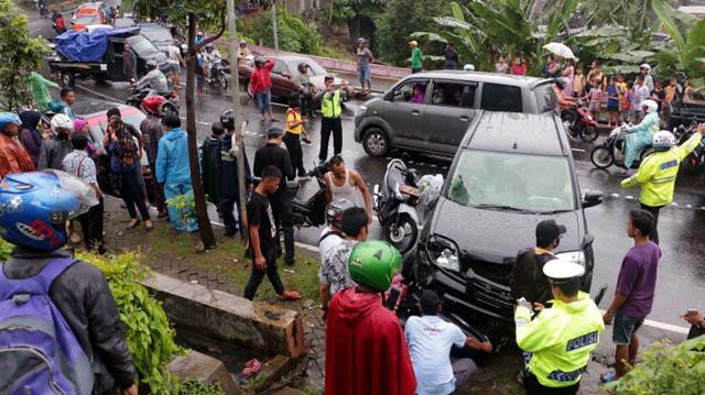 kecelakaan beruntun di jalan dr wahidin, karanganyar semarang