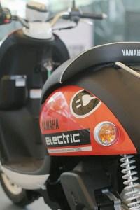 Motor Listrik Yamaha E-Vino Tampak Belakang (Close Up)