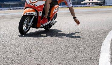 Marc Marquez naik motor Honda Scoopy