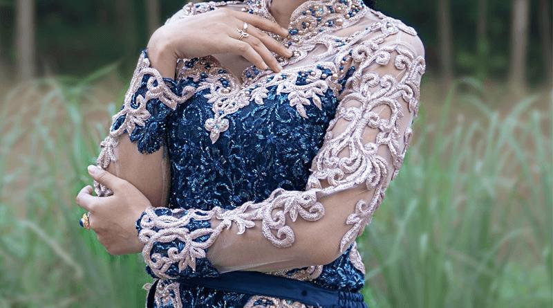 クバヤの服をきる女性