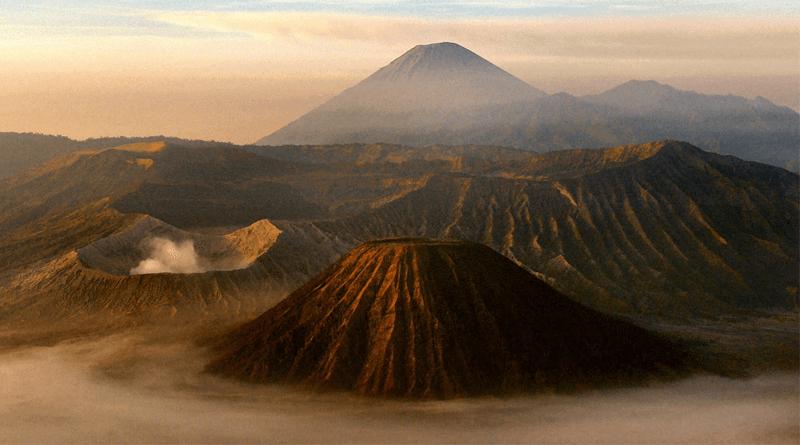 まるで火星のよう?砂の海にそびえ立つインドネシア「ブロモ山」