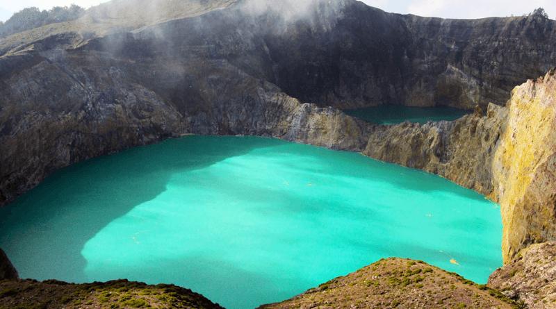 インドネシアの秘境!神秘的な3色の火山湖が輝く「クリムトゥ山」