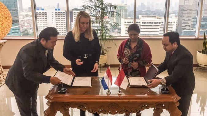 Ministers Schultz en Susi tekenen voor samenwerking duurzaam gebruik en herstel van kust Indonesie, oa via Building with Nature