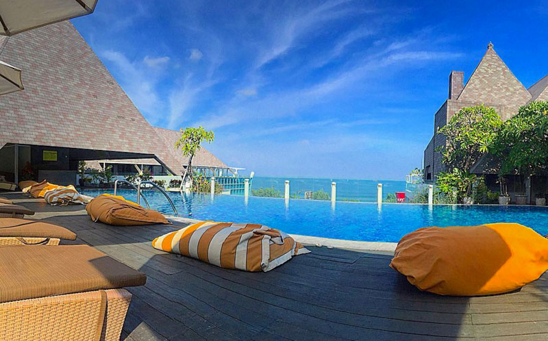 10 restaurants and bars in Bali with free swimming pool access