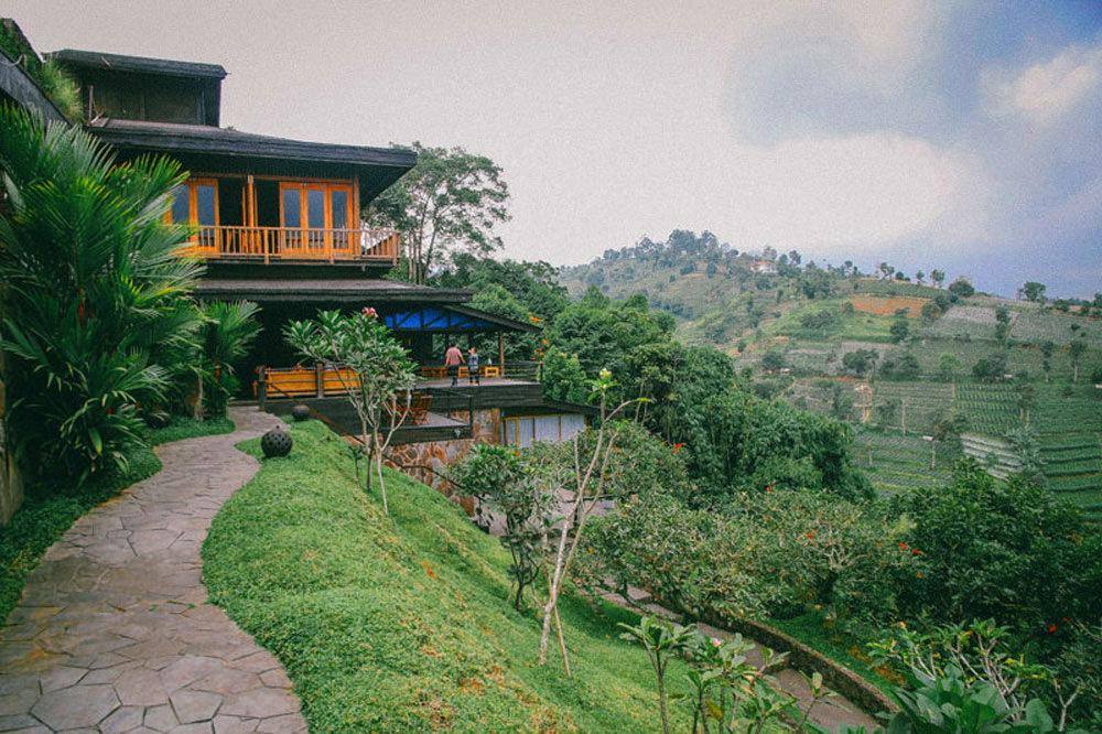 Suasana santai udah jadi andalan erginn yang terkenal sebagai salah satu tempat nongkrong paling hits di bandung. 10 Bandung Rooftop Bars With Stunning Views