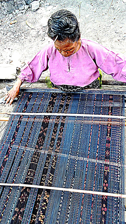 Indonesia con Bru le 10 isole più belle telaio ikat flores