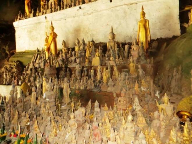 Laos statue nelle grotte